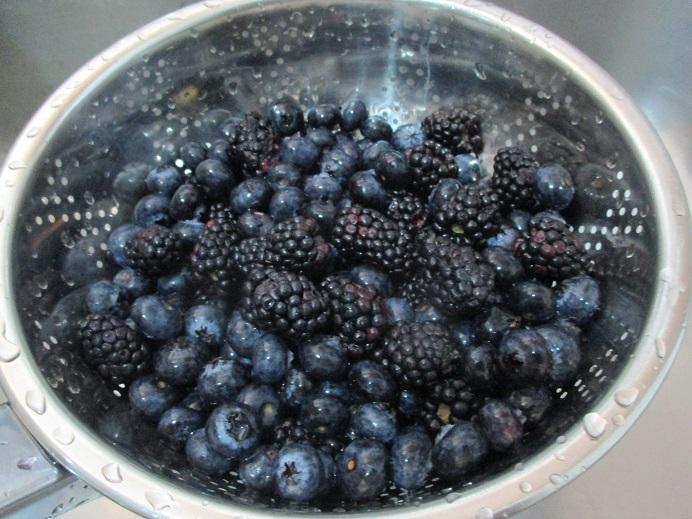 Suzetteroberts - dessert - 10 2020 - blueberry blackberry bake - rinsed berries